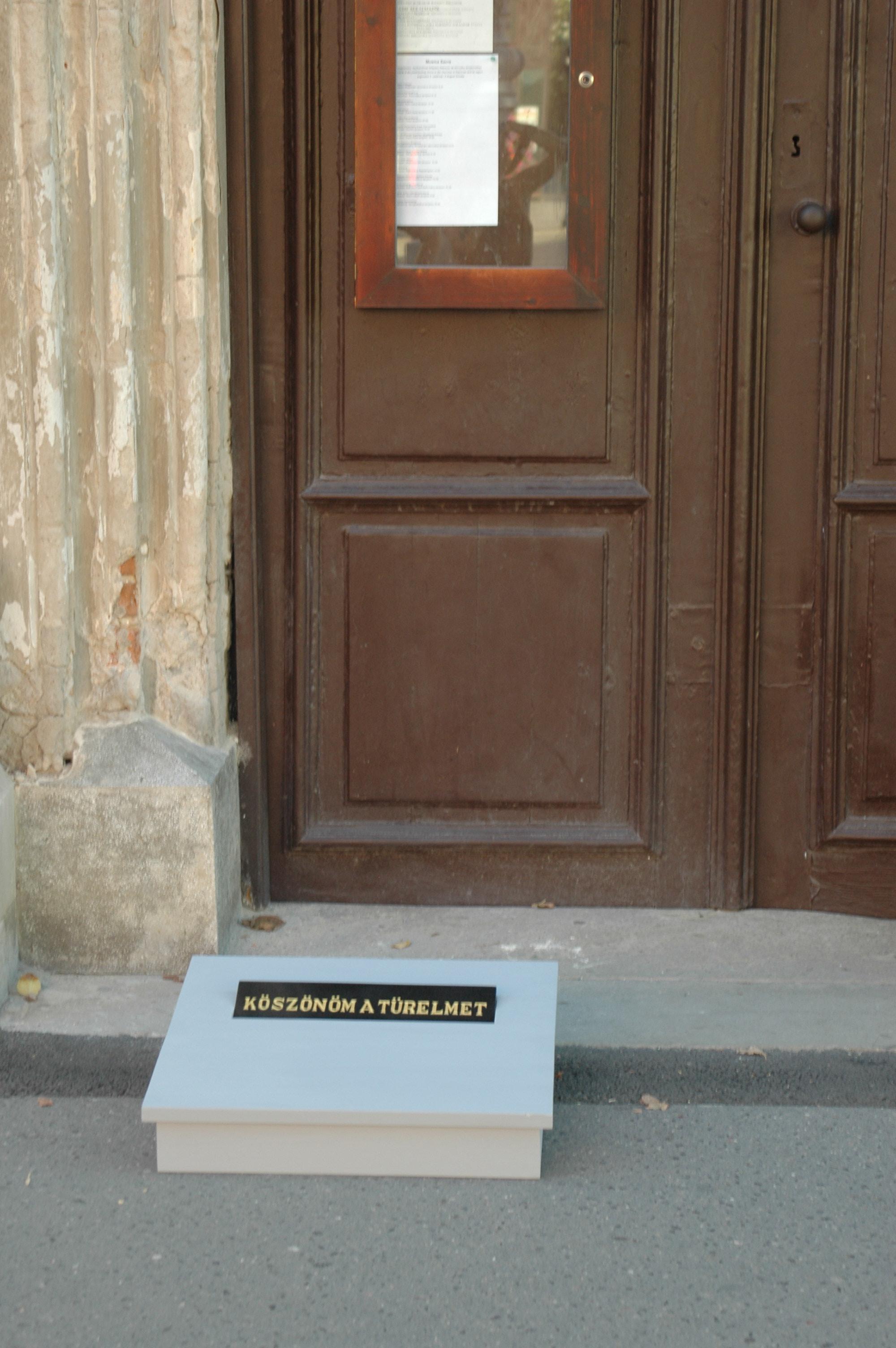 2008. objekt, festett fa, gránit, 60 x 60 x 20 cm